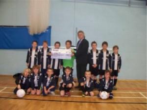 Retford United U10s cheque